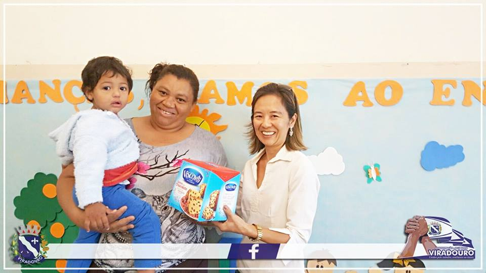 Primeira Dama de Viradouro entrega panetones doados pelo Fundo Social de Solidariedade do Estado