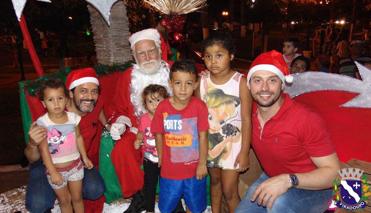 Famílias Viradourenses receberam o Papai Noel nas festividades Natalinas de 2015. .