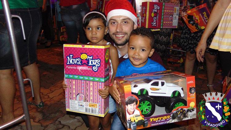 Administração distribui brinquedos de Natal a milhares de crianças.